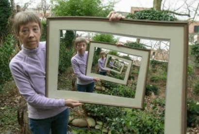 Lady with Mirror Illusion